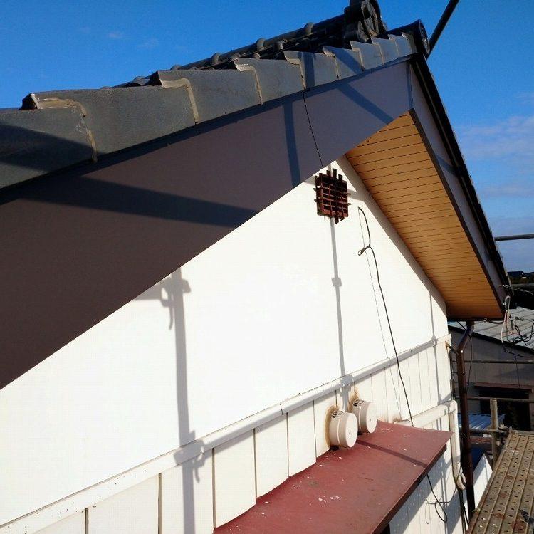 行方市,瓦棒屋根葺き替え工事・破風板板金・雨樋工事・金属サイディング工事